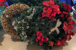 "Christmas Wreaths 27"" And Tote Of Lighted Garland"
